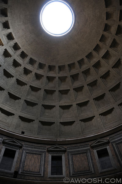 Open skylight in coffered ceiling of the Pantheon